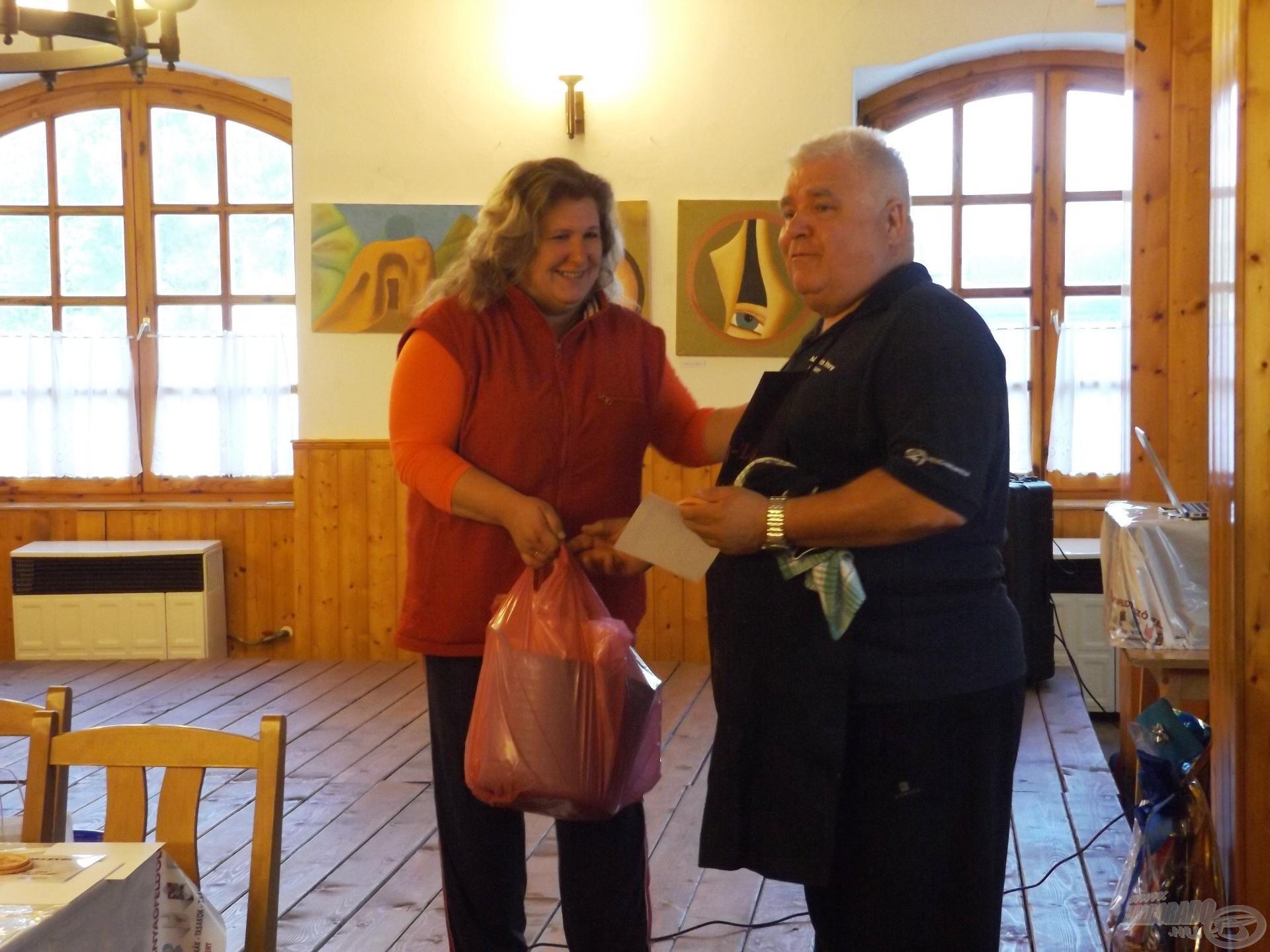 … és a támogató-segítőket is megtiszteltük, mindannyiunk nevében, szerény lehetőségeinkhez képest szép ajándékokkal