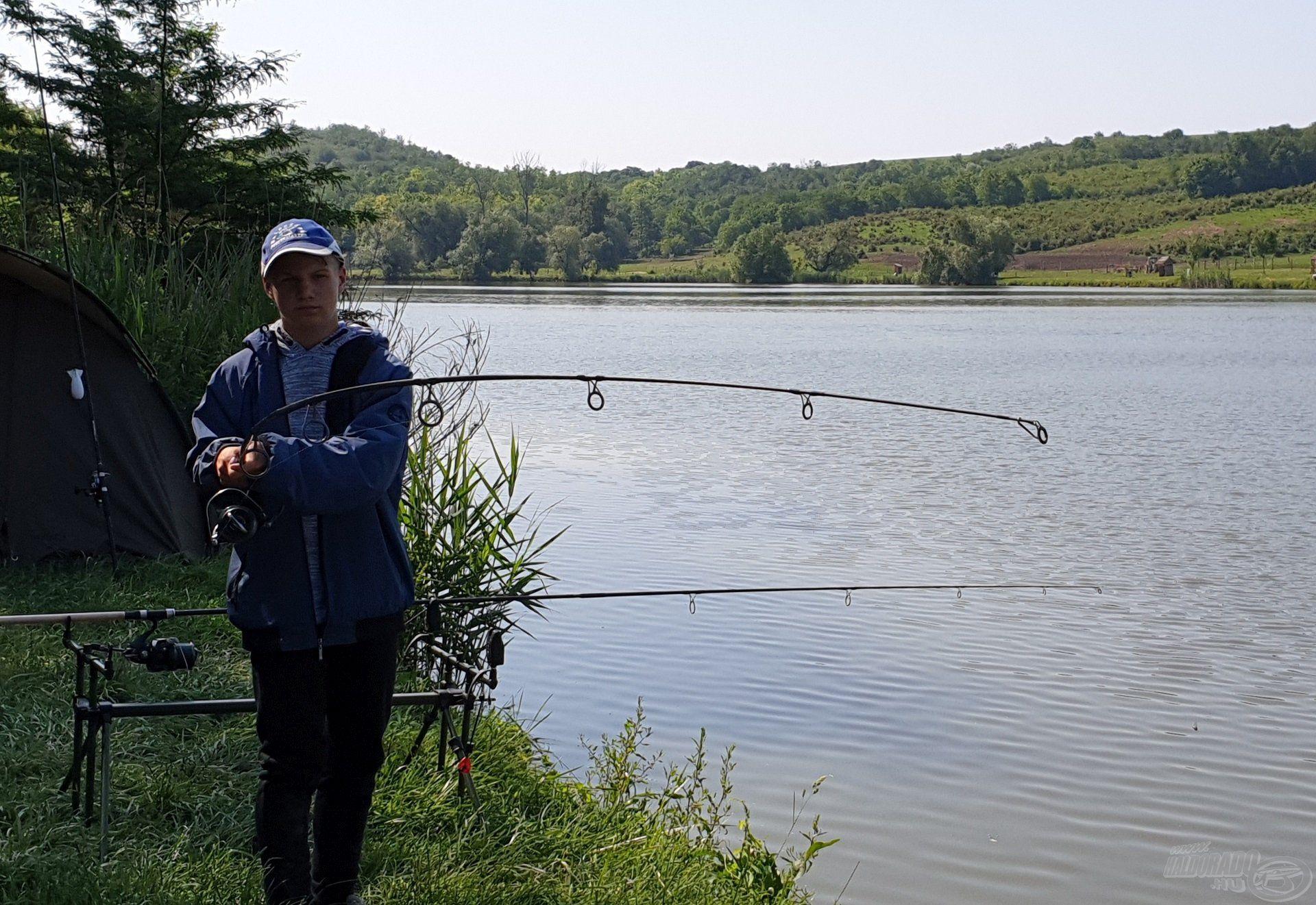 Tomi itt még nem is sejtette, hogy a túra legnagyobb halával küzd…