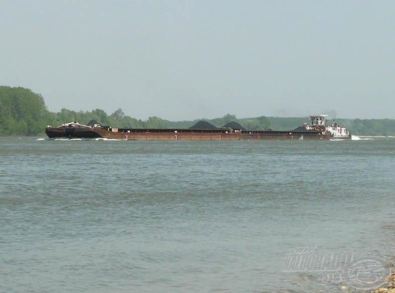 A vízi úton történő olcsó szállítás (nem kell utat építeni)…