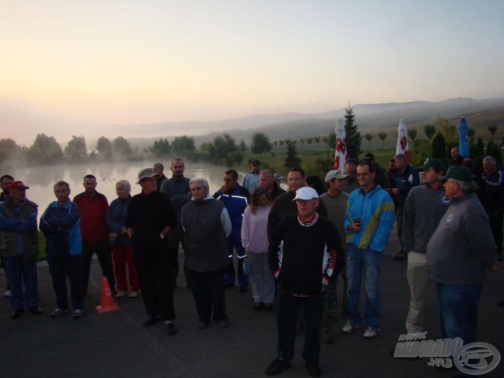Párás hajnal, gyülekező