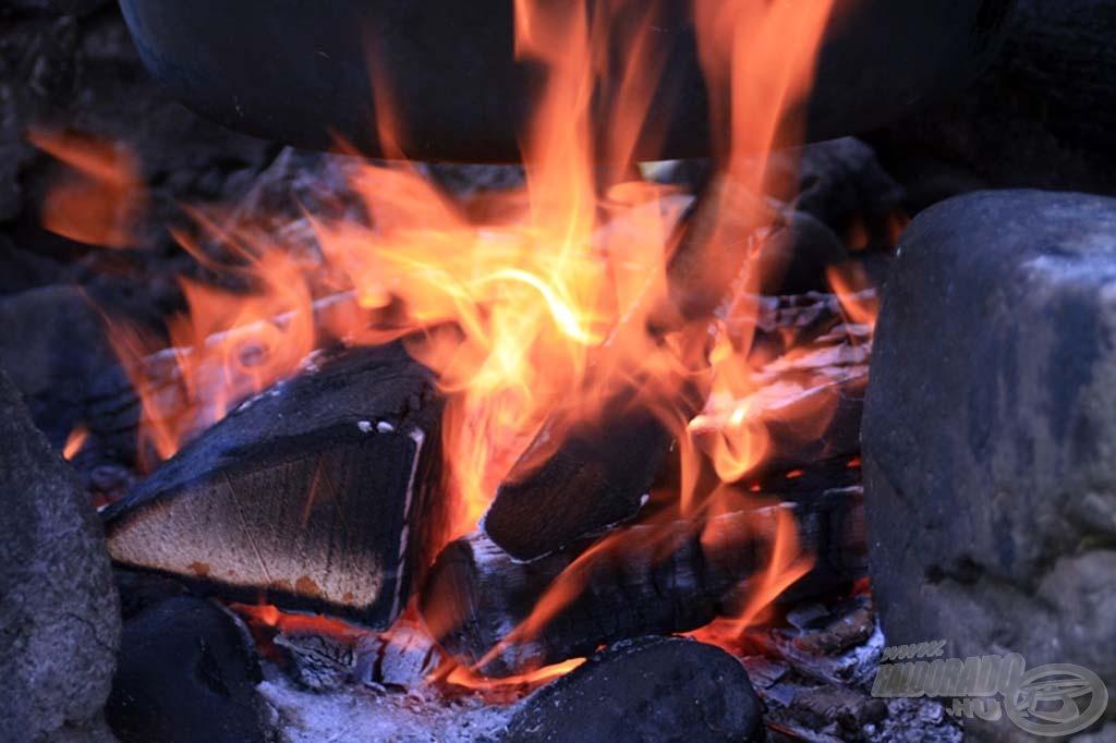 Reggeltől lobogott a tűz a bográcsok alatt