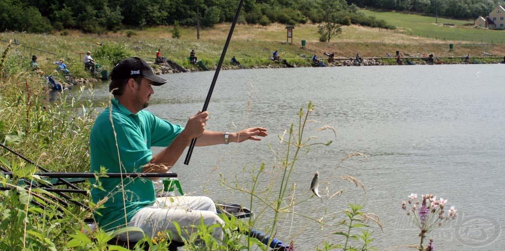 A szélső helyen horgászó Varga Zoltán rakós bottal horgászta végig a versenyt